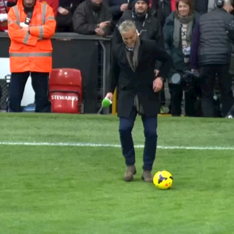 David Ginola shows hes still got it with this nutmeg on poor old Fred the Red! #btsport - BT Sports post on Vine - David Ginola shows hes still got it with this nutmeg on poor old Fred the Red! #btsport - BT Sports post on Vine