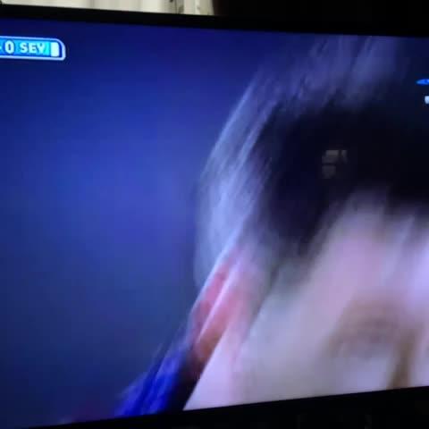 ¡Golaaaazo de Messi!, anota el argentino de tiro libre; 1-0 sobre Sevilla al 21. - Enrique Cavazoss post on Vine