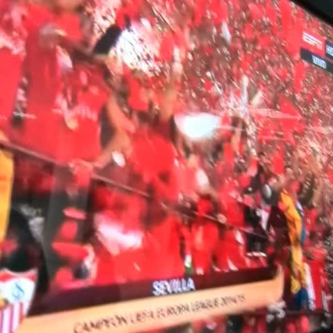 Vine by FernandoLopez_PL - Así celebra el Sevilla con la Copa de campeón de la #EuropaLeague