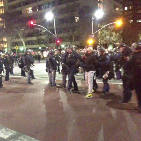 The beginning of mass arrests of protesters at Flower and 9th. #LAPD #LosAngeles #ferguson - Gadi Schwartzs post on Vine