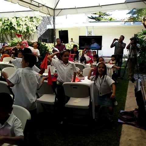 Vine by SecretaríadeCultura - Los niños y niñas lanzan avioncitos de colores con8n pensamientos sobre la paz en la Residencia Presidencial