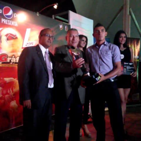 Vine by Eduardo De la O - Edgar Cruz, Hombre Gol de Bronce recibe su premio EL GRÁFICO