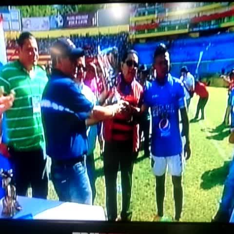 Vine by William Alfaro - El capitán de la reserva de Águila, Óscar Ramos y el presidente Pedro Arrieta reciben el trofeo de campeón