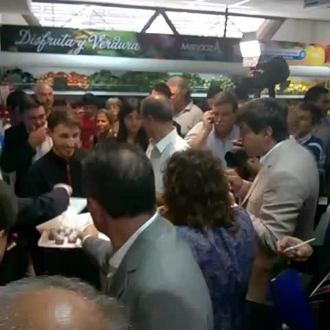 Vine by Jimena Catalá - El Gobernador le muestra a Casamiquela las instalaciones del mercado @mdzonline