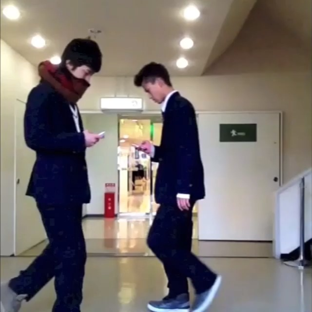 $hos post on Vine - Vine by アハト - iPhone中毒者の喧嘩  A fight of guys with iPhone addiction.  #iphone #LINE #boxing #fight #japanese