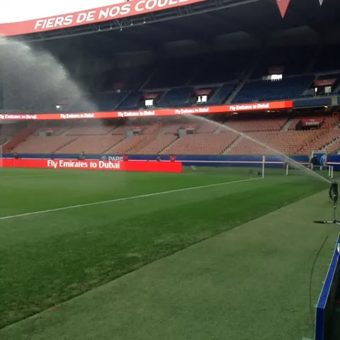 La pelouse du Parc des Princes est arrosée avant le match #PSGFCSM - PSG Officiels post on Vine