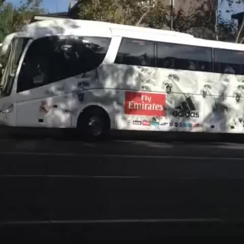 El autobús del @realmadrid acaba de llegar al Santiago Bernabéu. #SienteElClasico - LaLigas post on Vine