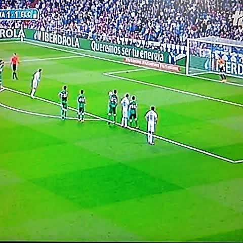 Gol de Cristiano, por la vía penal, para el 2-1 sobre el Elche @elgraficionado - Elisa Hdez. Linaress post on Vine