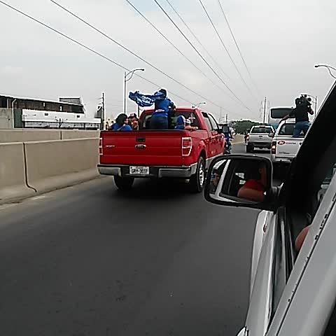 Vine by Prensa Sport Radio - La caravana azul la vives por la prensa sport !!!!! @emelec se acerca al Capwell