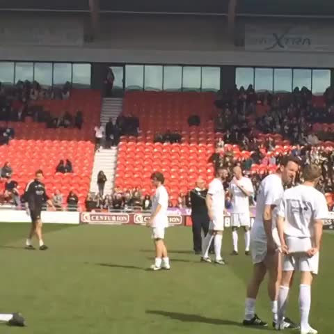 Vine by Mary Aranda - Louis Tomlinson waving at fans #DRFC