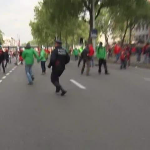 Vine by A3Noticias - Brutal agresión al jefe de policía de Bruselas durante una manifestación multitudinaria #A3Noticias