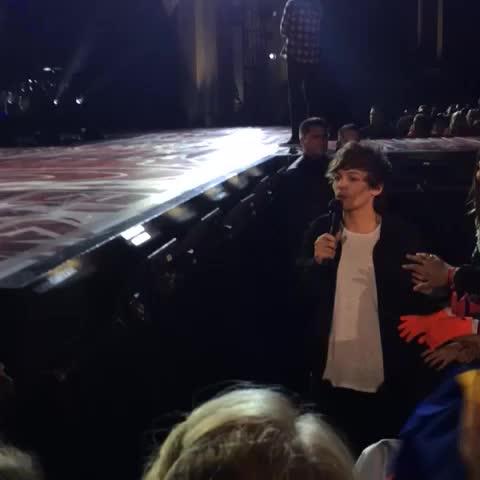 Louis est descendu de la scène (hier soir) et a fait un calin aux fans !!!!! - je pleure *-*