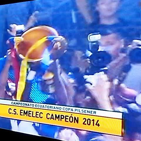 vuelta olímpica de #Emelec en el estadio Capwell. Campeón 2014 - Vine by Héctor Pérez Name - vuelta olímpica de #Emelec en el estadio Capwell. Campeón 2014