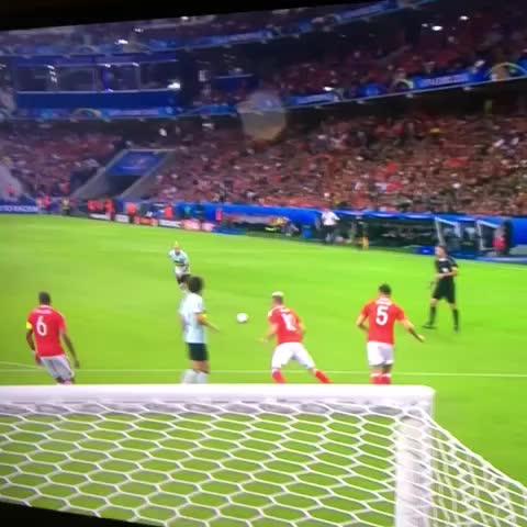 Vine by @KukuRM - Me duele por Bale, pero esto es un puto golazo de Nainggolan y lo demás son tonterías.