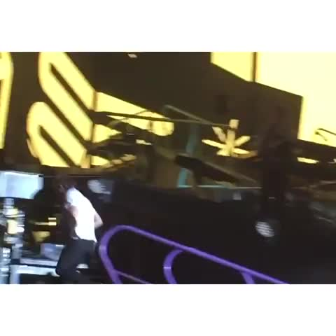 #LarryStylinson  Harry looking for Louis backstage :)  |mariaiomorfh 05.06.15| - Vine by HarryandLouis - #LarryStylinson  Harry looking for Louis backstage :)  |mariaiomorfh 05.06.15|
