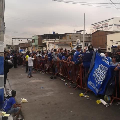 A esta hora la gente de @emelec haciendo fila para ingresar al estadio - Vine by Jrnochi - A esta hora la gente de @emelec haciendo fila para ingresar al estadio