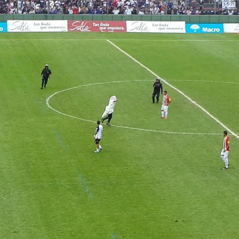 Vine by Arenga Deportiva - VIDEO | Un hincha ingresó al campo de juego. El partido fue detenido por unos minutos.