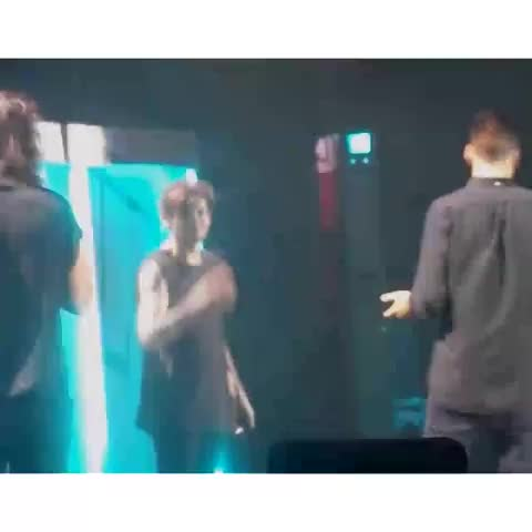 Harry and Louis interacting on stage :)