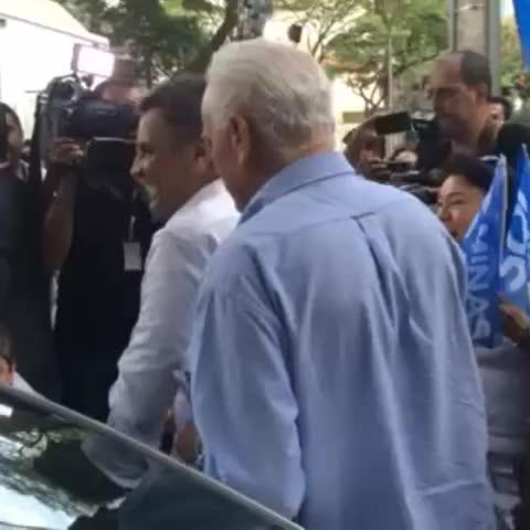 Aécio após a coletiva à imprensa deixa o local muito animado e convocando os brasileiros.#Aécio45 - Aécio Nevess post on Vine