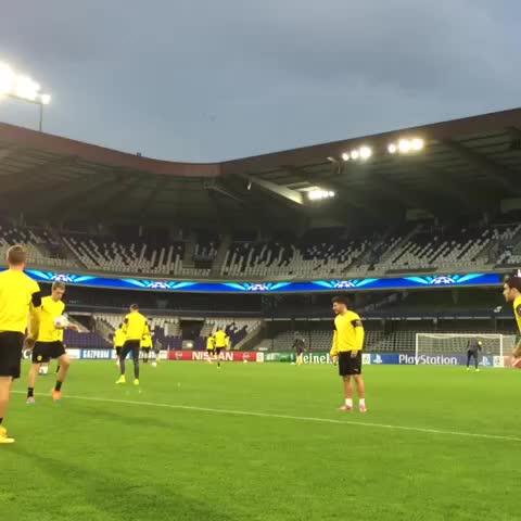 Borussia Dortmunds post on Vine - Abschlusstraining in Endlosschleife... // Neverending final training #rscabvb #UCL - Borussia Dortmunds post on Vine