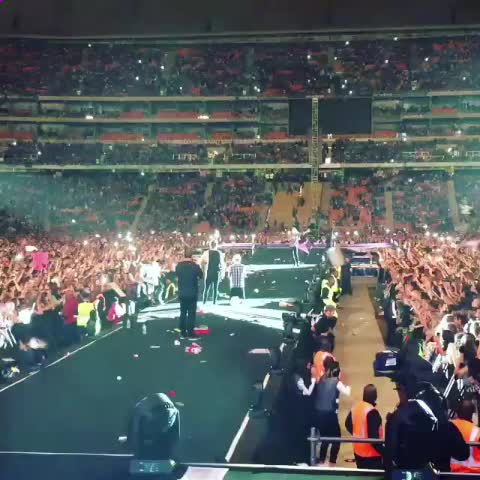 Vine by randomedits - HARRY GAVE EVERYONE 10 SECONDS TO THROW WHATEVER THEY WANTED ON STAGE