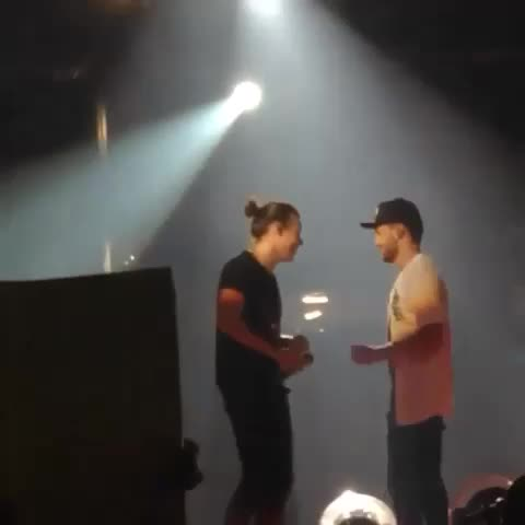 Vine by 1Dxclusive Clips - Harry accidentally kicked Liams arm so he gave him a hug awh ! #harrystyles #liampayne #onedirection