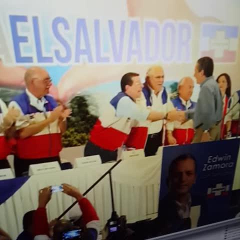 Luisa Moncadas post on Vine - Quien grabó este sincero y afectuoso abrazo, seguro fue un troll #PoliticaGuanaca - Luisa Moncadas post on Vine