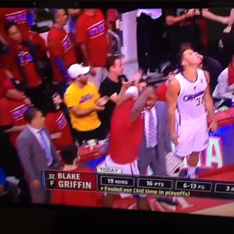 Blake Griffin pours water on a Golden State fan - Adrian Valdezs post on Vine
