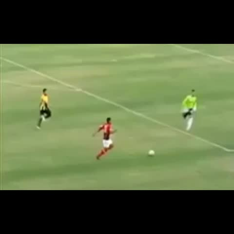 Soccer Bosses®s post on Vine - Amazing Goal keeper Skills😆👌 An amzing save than a nutmeg! follow me for more lets reach 5k! #Goalie #skills #nutmeg #boss #soccerbosses - Soccer Bosses®s post on Vine