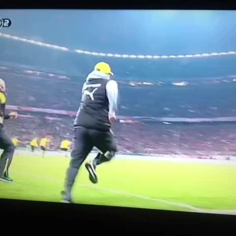 Vine by Johan van Boven - Hahaha, schitterend shot van Klopp en Guardiola. #baydor