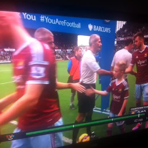 World Soccer Talks post on Vine - West Ham mascot thumbs his nose at Joe Hart #mcfc #WHUFC - World Soccer Talks post on Vine