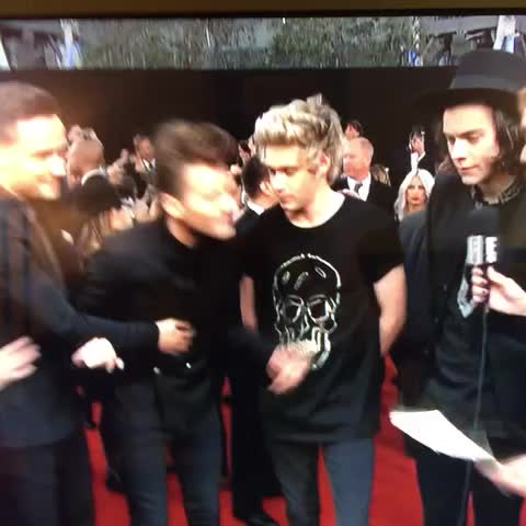 Uh what just happened? One Direction #AMAs - Cosmopolitans post on Vine