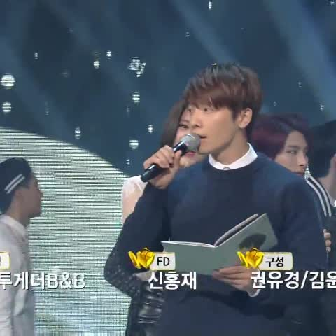 HAEBARAGIs post on Vine - 141121 뮤직뱅크 1위 축하해주러 달려간 오빠♡ #donghae #규현 #광화문에서 1위 축하해요!!! 목소리 달달 녹아 ㅠㅠ 노래가 너무 좋아요ㅠㅠ - HAEBARAGIs post on Vine