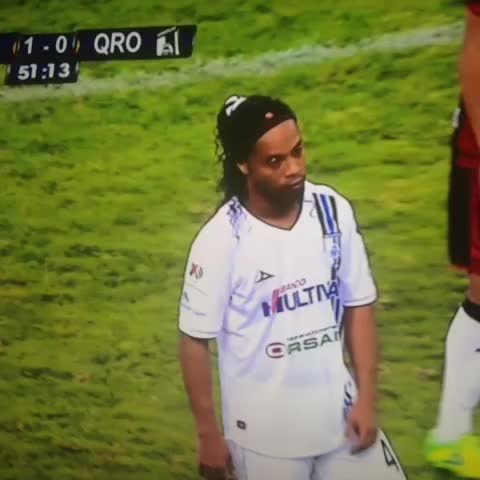 Wichos post on Vine - Ya apareció el primero que invade la cancha por Ronaldinho. Detallazo de Dinho. - Wichos post on Vine