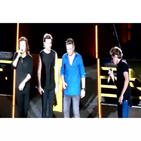 #LarryStylinson Liam pushing Louis towards Harry ♥  |PopConcerts 10.06.15| - Vine by HarryandLouis - #LarryStylinson Liam pushing Louis towards Harry ♥  |PopConcerts 10.06.15|