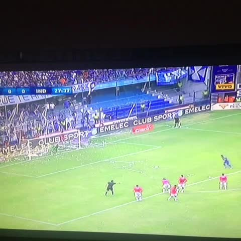 Penal de Ángel Mena y la ataja de Librado Azcona. #Emelec 0-0 #Independiente - Christian Escobars post on Vine