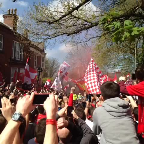 Mark Robertss post on Vine - Were Goin Win the League #LFC Bus and Players Arrive, Absolutely Nuts!! #LFCCFC - Mark Robertss post on Vine