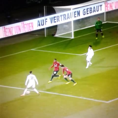 Don Futbols post on Vine - Él es Karim Bellarabi del Bayer Leverkusen y es capaz de hacer un doble caño en un solo pase: - Don Futbols post on Vine