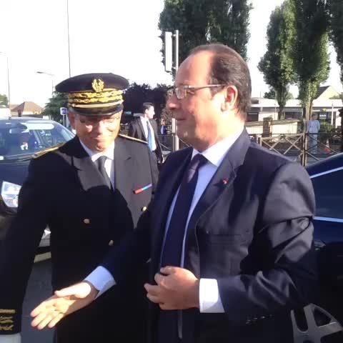 Le président @fhollande et @najatvb à Clichy-sous-Bois pour la rentrée au collège Louis Michel - Elysees post on Vine
