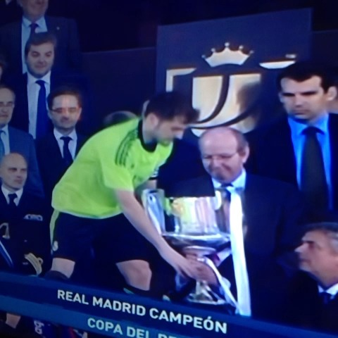 ¡Iker Casillas alzando la Copa del Rey! ¡Felicitaciones a los merengues! - Vines Deportivoss post on Vine