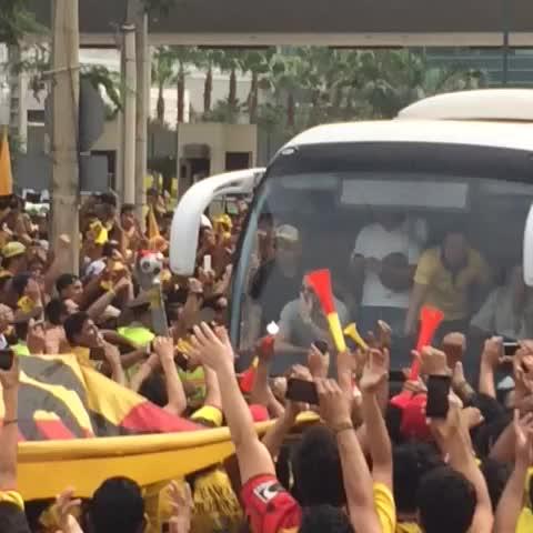 El bus de BarcelonaSC saliendo al Capwell. Fiel hinchada! - Vine by Dyana Pombar - El bus de BarcelonaSC saliendo al Capwell. Fiel hinchada!