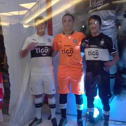Vine by El Club Olimpia - ¡Señores y señoras! Esta es la nueva indumentaria del Rey de Copas. #SomosFranjeados @Puma_py