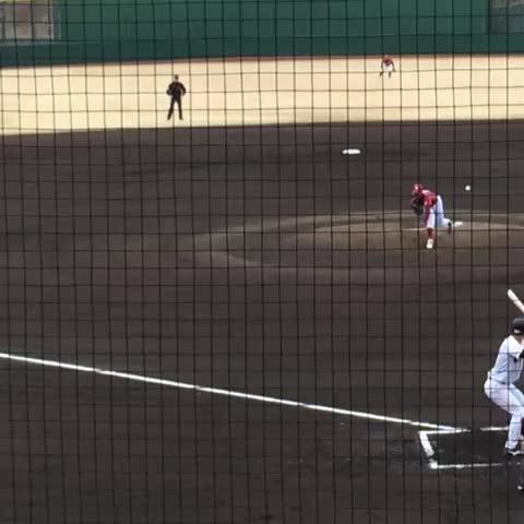Vine by shibouyuugi - ジャイアンツ球場の教育リーグ。楽天ショート柿沢のなんだかよく分からない悪送球。