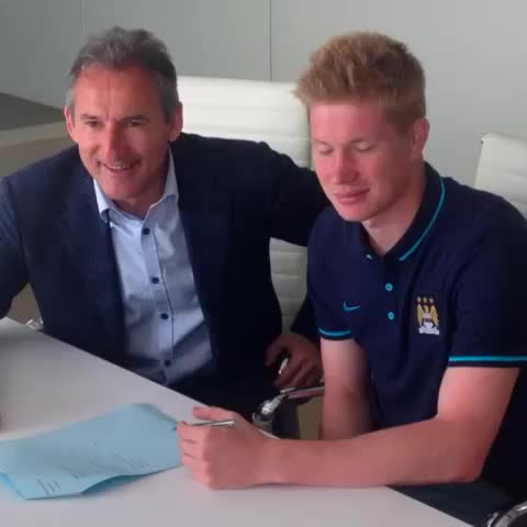 The moment @debruynekev put pen to paper at #mcfc! #welcomeKDB - Vine by Manchester City FC - The moment @debruynekev put pen to paper at #mcfc! #welcomeKDB