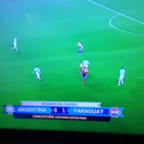 Vine by Agustín Devoti - Hace que se peguen entre ellos. Leo #Messi, irrepetible