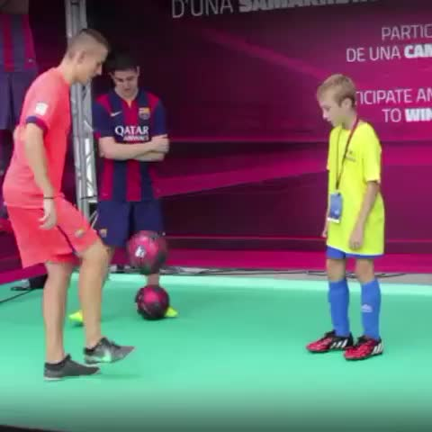 FC Barcelonas post on Vine - #VineFCB Can you show us your best juggling tricks in six seconds? Let us see them using hashtag #skillsFCB - FC Barcelonas post on Vine