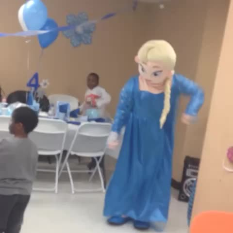 Ghetto ass elsa ???????? Dancing too Bust it Wide open ???? - Vine by lilnaee - Ghetto ass elsa 😭💀 Dancing too Bust it Wide open 👐