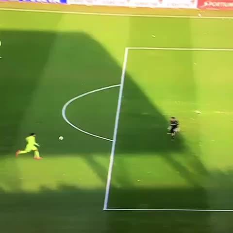 Vine by Messi Neymar Suarez - Gol de lío Messi después de un regalito de @LuisSuarez9 para lío se juntaron los dos crack sudamericanos