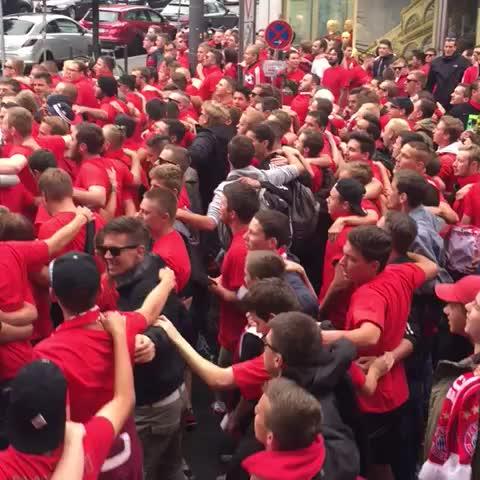 Vine by Finn Clausen - Die Fans des FC Bayern München marschieren zum Stadion. #AmateureDerby