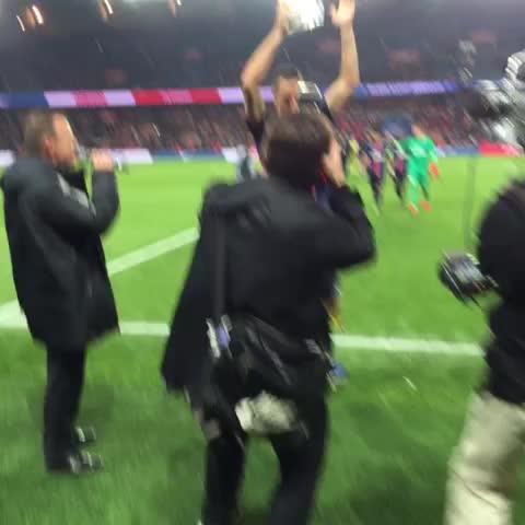 Zlatan reçoit son trophée de meilleur buteur #bigger - Vine by PSG Officiel - Zlatan reçoit son trophée de meilleur buteur #bigger